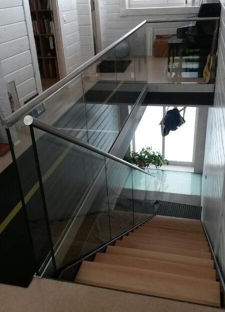 Ganzglasgeländer für Gallerie mit Treppenabgang
